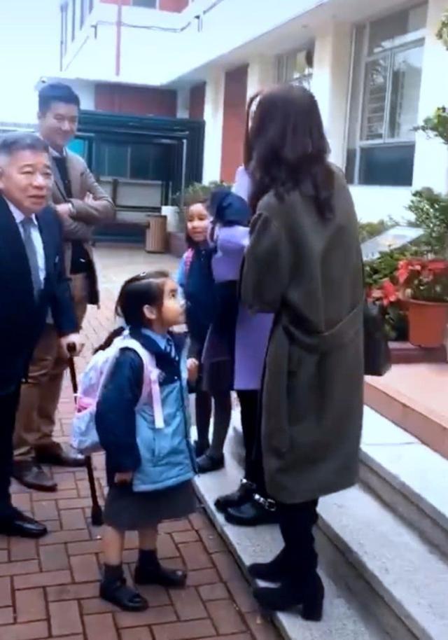 黎姿夫妇接女儿放学,和家长聊天太接地气,遇偷拍还微笑打招呼